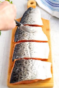 Make 4 slips on the back of the salmon fillets.