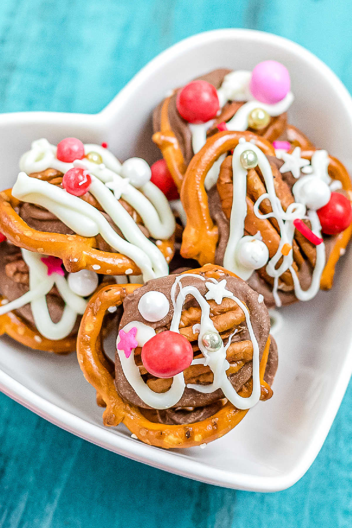These Valentine's Day Rolo Pretzel Turtles are an easy and fun treat to make with the kids! All you need are just 5 ingredients! via @easybudgetrecipes